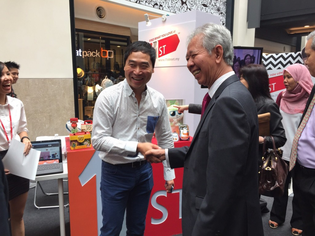 Tan Sri Abdul Halim Ali, Chairman of the Board of the MDeC, welcomes Bruce Lim from 11street at the launch of MYCyberSALE at Publika today[1]